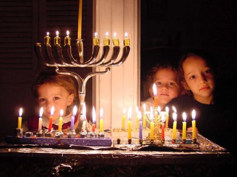 Tradicinė Chanukos šventėje naudojama žvakidė.