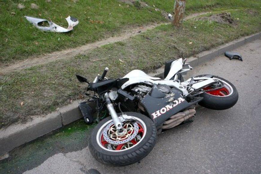Sudaužytas motociklas po nelaimės Ukmergės gatvėje