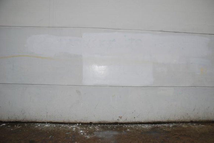 Ant mokyklos pastato sienos Skroblų gatvėje 3 atsiradęs piktavalių užrašas netrukus buvo uždažytas.