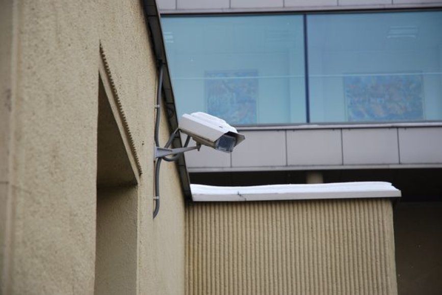 Valdžios rūmai apkamšyti saugumo kameromis ir užtvarais.