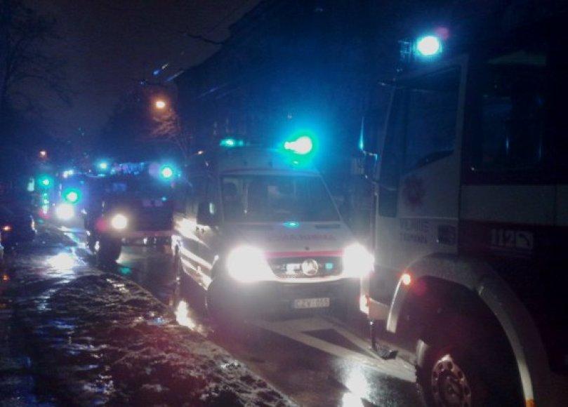 Į gaisrą Pylimo gatvėje atskubėjo didžiulės specialiųjų tarnybų pajėgos.