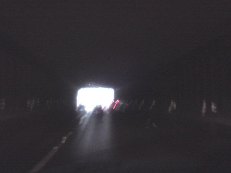 Tunelyje tamsu, nors į akį durk. Vairuotojams orientuotis tenka tik pagal šviesą jo gale.