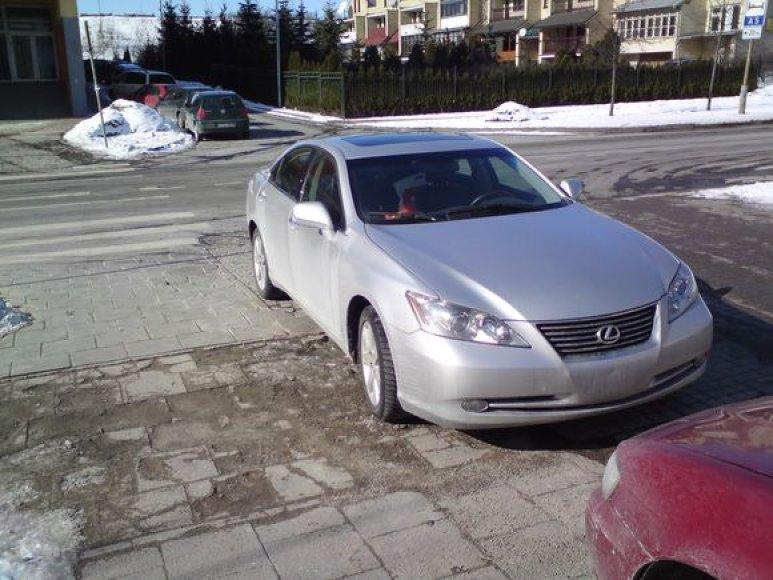 """JAV registruotas """"Lexus"""" ant šaligatvio"""