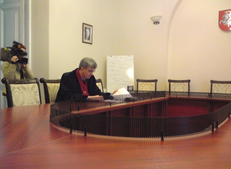 Prokuroras J.Laucius pageidavo E.Kusaitės likimą spręsti uždarame teismo posėdyje, nes, jo teigimu, byloje yra duomenų, susijusių su valstybės paslapčių saugojimo interesais.