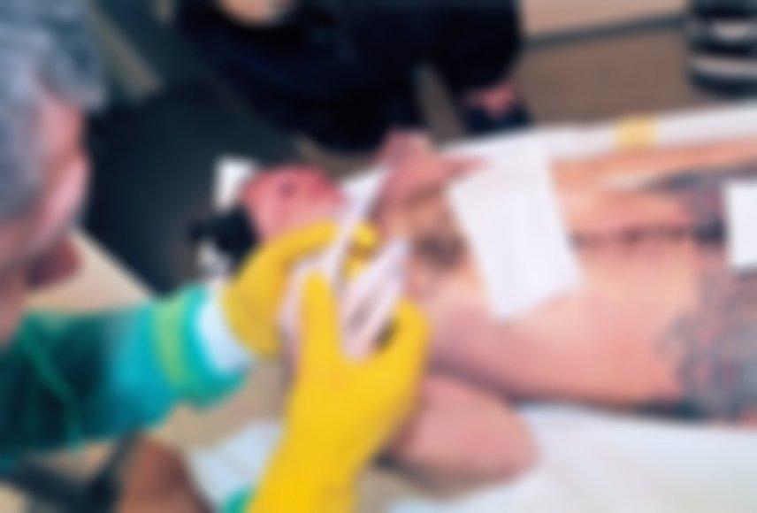 Tai bene pati neutraliausia ir dar specialiai retušuota D.Kedžio kūno nuotrauka iš tų, kurias neužmaskuotas demonstruoja kovotojo su pedofilais sekėjai.