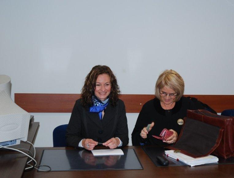 V.Labulienė (kairėje )su advokate teisme