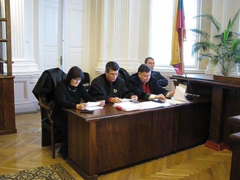Našlė Z.Žukovska (kairėje) ir kiti proceso dalyviai advokato nužudymo byloje.