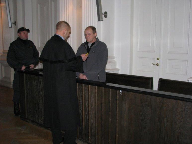 Kaltinamasis M.Belkevičius su advokatu.
