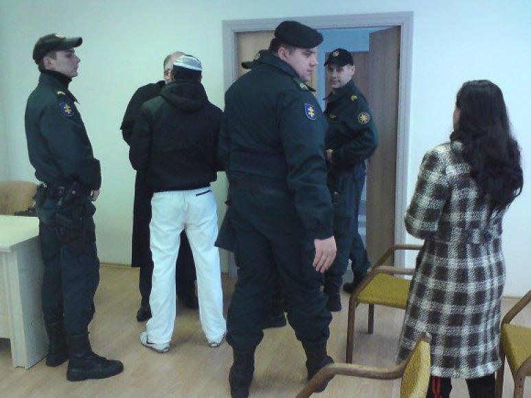 Nikolajų (bendrauja su advokatu) teisme saugojo 4 konvojaus pareigūnai, jo palaikyti atvyko ir sesuo Rūta.