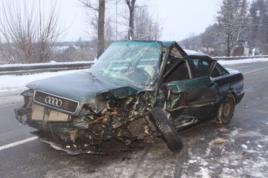 """Sudaužytas """"Audi"""" automobilis"""