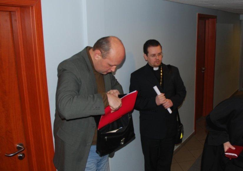 Nuteistųjų gynėjas V.Jakubonis ir vienuolis V.Mockus teisme
