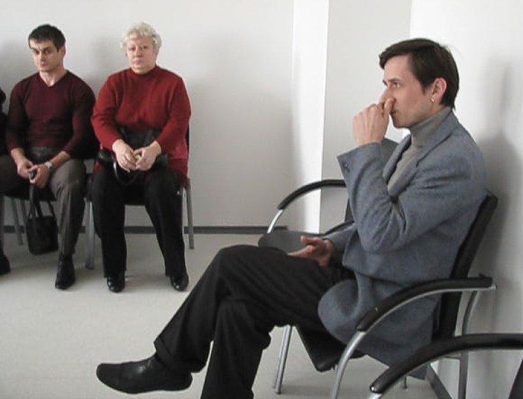 """Liudytojas A.Ponedelskis (kairėje) pastebėjo, kad sėdęs į kaltinamųjų suolą G.Gedminas radikaliai pakeitė įvaizdį: """"Anksčiau atrodė labiau pasitikintis savimi. Buvo užsiauginęs mažą barzdelę su ūsiukas, ir iš veido pilnesnis atrodė."""""""