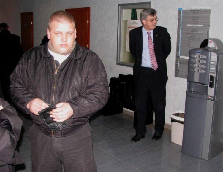 Pirmadienį V.Keršis (kairėje), tapęs kaltinamuoju, teisme susitiko su prokuroru J.Lauciumi, kuris pripažintas nukentėjusiuoju.