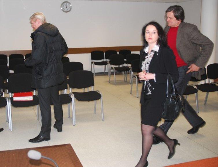Administracines bylas nagrinėjančiai teisėjai E.Puzinskaitei šioje baudžiamojoje byloje teko susitikti su buvusiu vyru E.Smalakiu (kairėje).