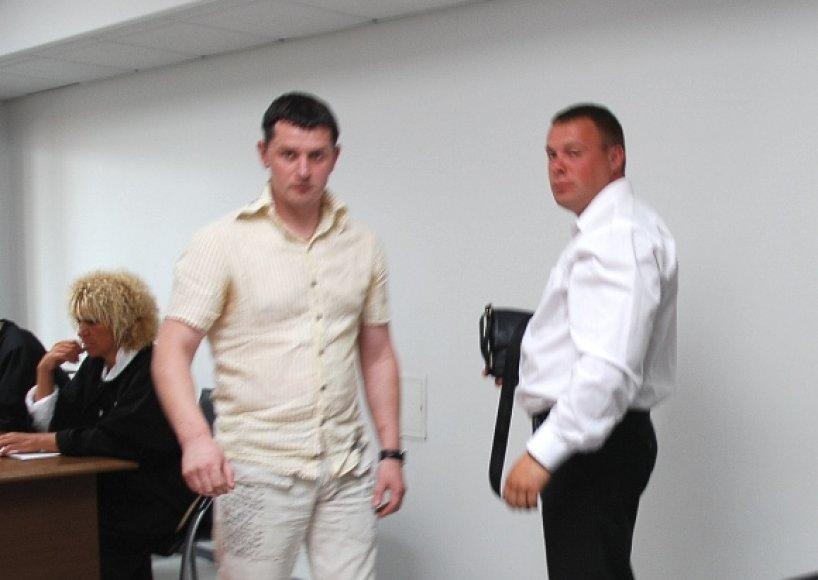 Prieš teismą stoję buvęs pareigūnas Darjušas Aliukonis (kairėje) ir jo draugas Arturas Tomaševskis.