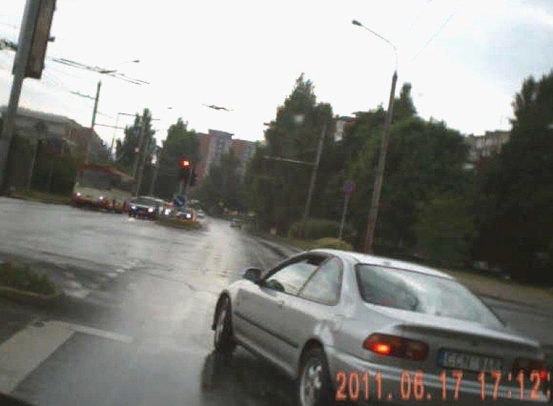 """Apie """"Honda"""" vairuotojo, skersai įvažiavusio į sankryžą degant raudonam šviesoforo signalui, motyvus belieka tik spėlioti."""