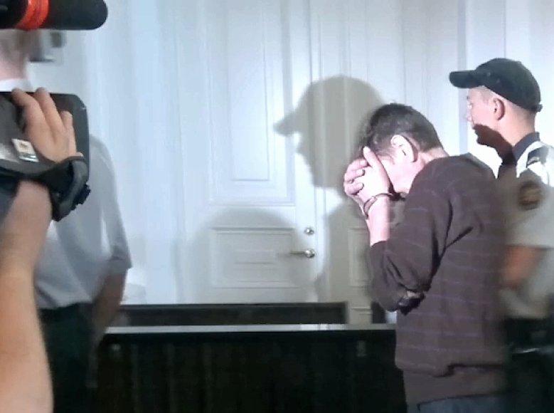 Ivanas Akinis teisme slėpė veidą.