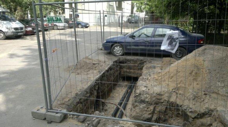 Už darbininkų tvoros paliktas vilniečio automobilis