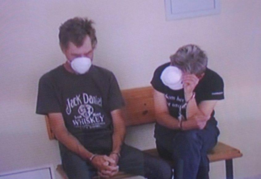 Išklausyti nuosprendžio R.Remetienė (dešinėje) ir jos draugas S.Dumša atvyko su respiratoriais, nes serga kvėpavimo takų infekcija.