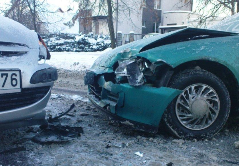 Vairuotojai per avariją nesusižalojo, bet abu automobilius teks remontuoti.
