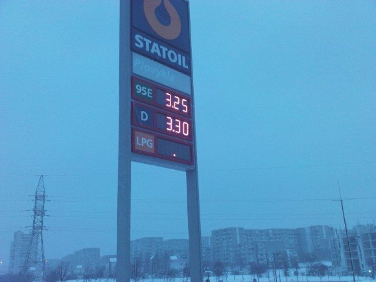 Vairuotojams sunku suprasti, kodėl ketvirtadienį A95 benzino litras šioje degalinėje kainavo 3,22 lito, vėliau 3,28 lito, o penktadienį – 3,25 lito.