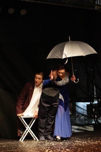 """Irmantas Gelūnas/15min.lt nuotr./Vienas įspūdingiausių """"DiArchy"""" teatro triukas – Arvydas savo kūną padalina dalimis."""