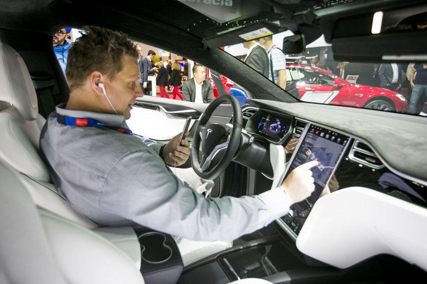 """Irmanto Gelūno / 15min nuotr./""""Tesla Model X"""" krosoveris Paryžiaus automobilių parodoje"""