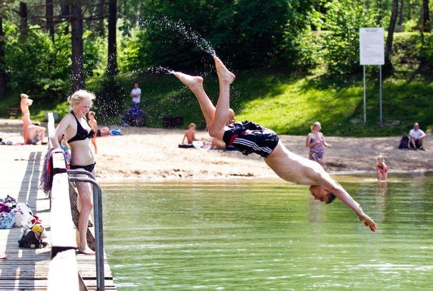 Žaliųjų ežerų pakrantes labiausiai mėgsta jaunimas.