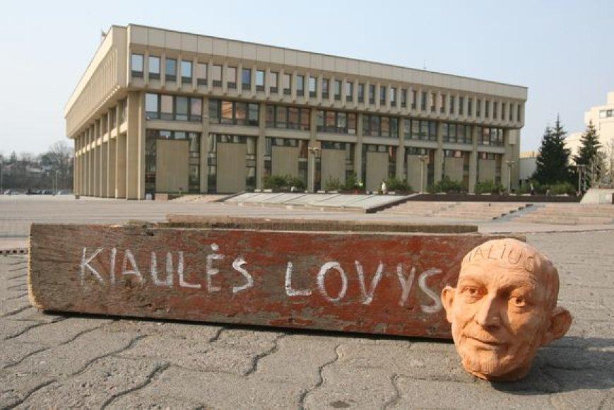 """Vytautas Šustauskas su savo bendraminčiais prie Seimo surengė akciją, kurios metu rideno valdžios atstovų """"galvas"""""""