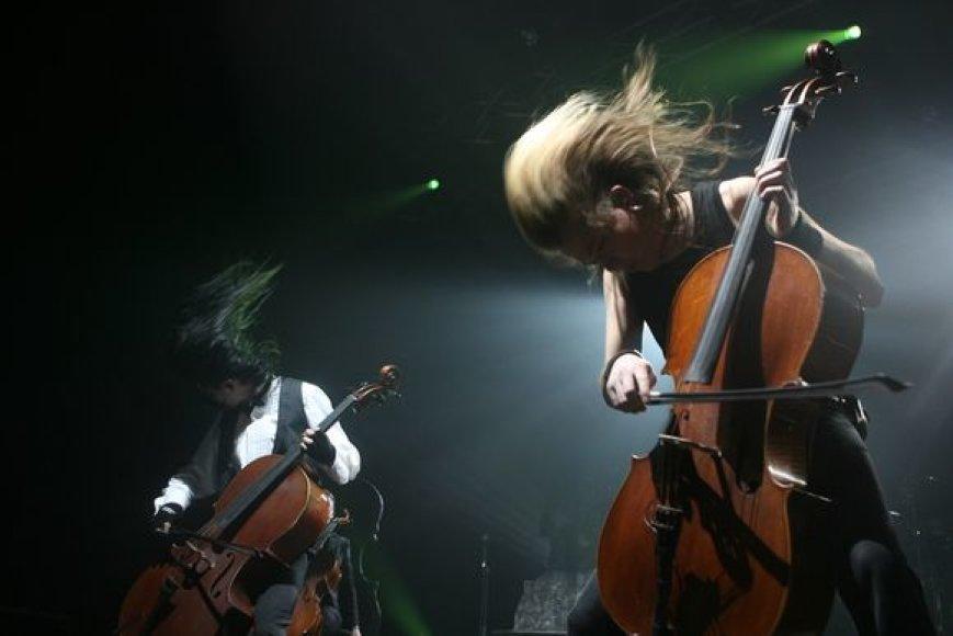 """Grupė """"Apocalyptica"""" šėlsta scenoje"""