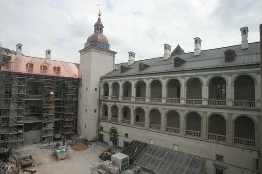 Seimo Švietimo mokslo ir kultūros komiteto nariai posėdį ankštame kabinete iškeitė į ekskursiją po statybas Valdovų rūmuose: jie norėjo savo akimis pamatyti tai, dėl ko diskutuojama viešojoje erdvėje.
