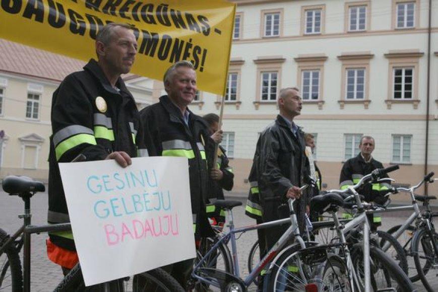 Devyni kovinėmis uniformomis apsirengę ugniagesiai 11 val. ryto dviračiais atvyko į Daukanto aikštę.