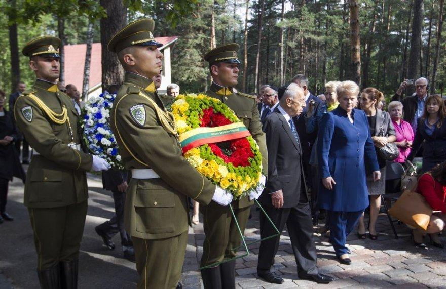 Shimonas Peresas kartu su Lietuvos vadove Dalia Grybauskaite Panerių memoriale pagerbė Holokausto aukas.