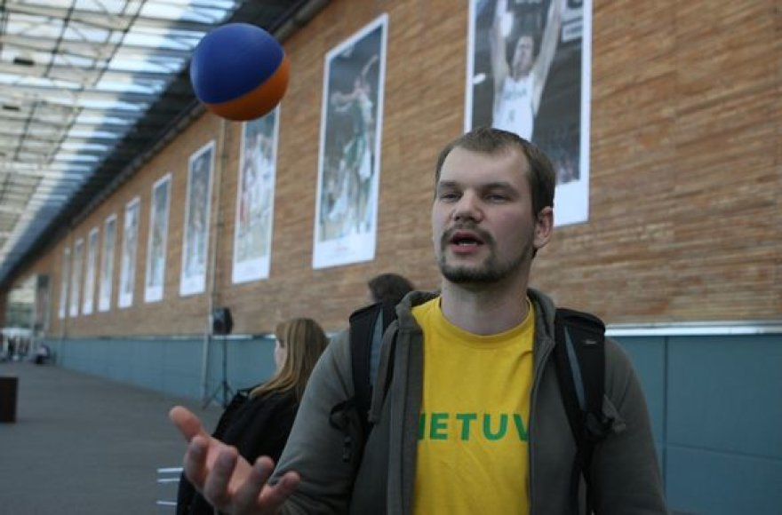 Lietuvos vyrų krepšinio rinktinės fotografo Tomo Tumalovičiaus parodos atidaryme dalyvavo ne tik rinktinės sirgaliai, tačiau ir patys krepšininkai.