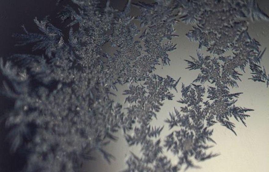 Šalčio piešiniai ant stiklo