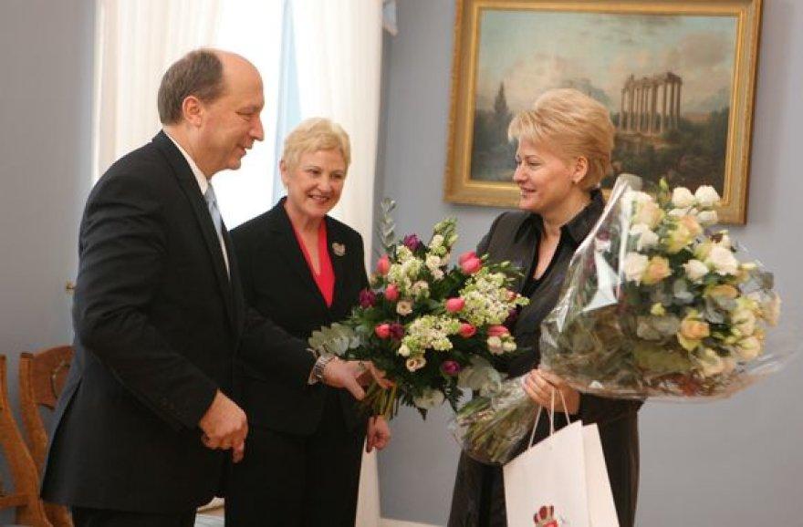 Prezidentę su 54-uoju gimtadieniu pasveikinę A.Kubilius ir I.Degutienė įteikė gėlių puokštes bei knygą.