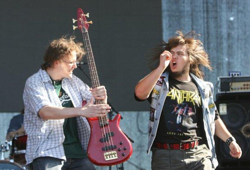 Zigmantas ir Augustinas atsiima laimėtą gitarą.