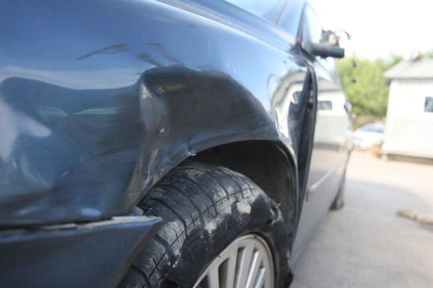 Pareigūno automobilis po avarijos