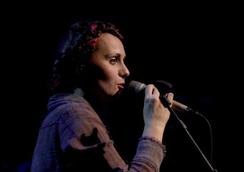 """Aistė Smilgevičiūtė ir grupė """"Skylė"""" gerbėjams pristatė albumą """"Broliai""""."""