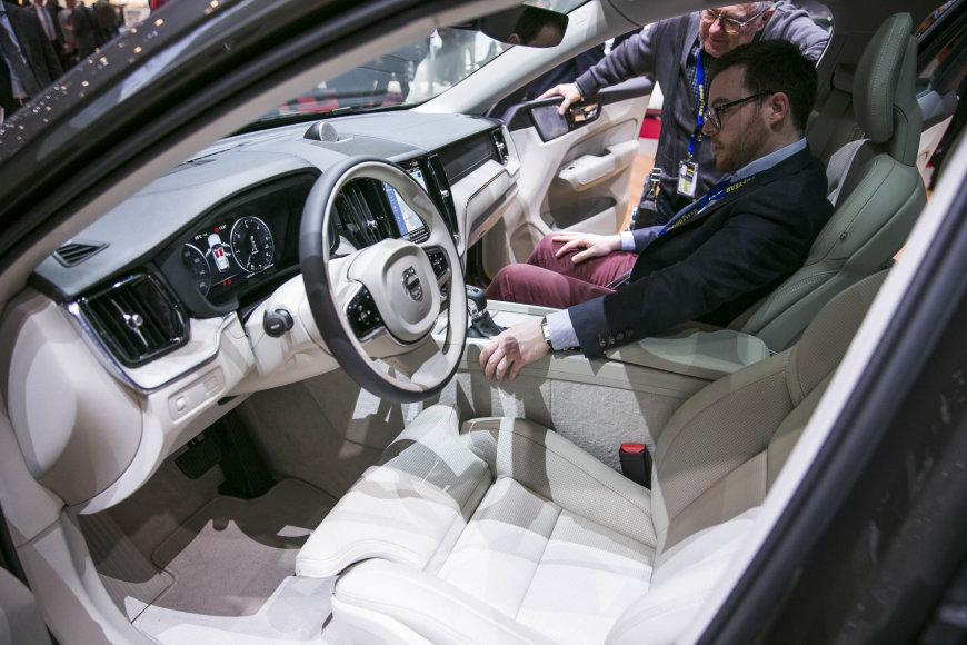 """Irmanto Gelūno / 15min nuotr./2017-ųjų Ženevos automobilių parodoje pristatytas naujasis """"Volvo XC60"""""""