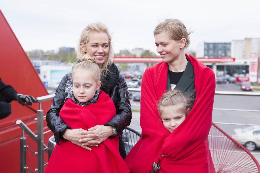 Irmanto Gelūno / 15min nuotr./Inga Martinkėnaitė ir Agnė Grudytė su dukromis