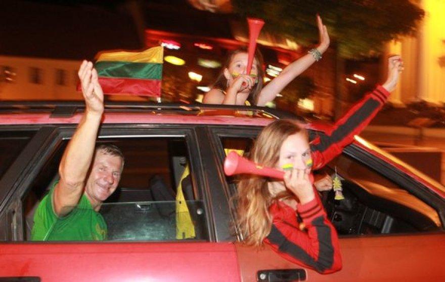 Sostinėje naktį žmonės audringai sutiko žinią apie pergalę
