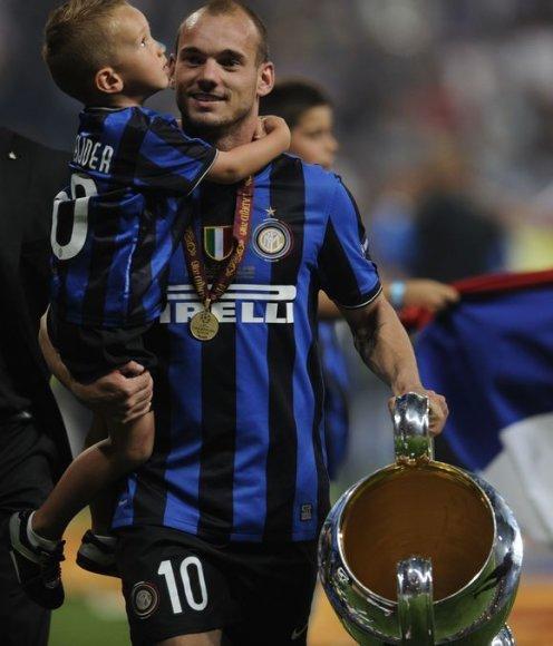 W.Sneijderis su sūnumi ir taure