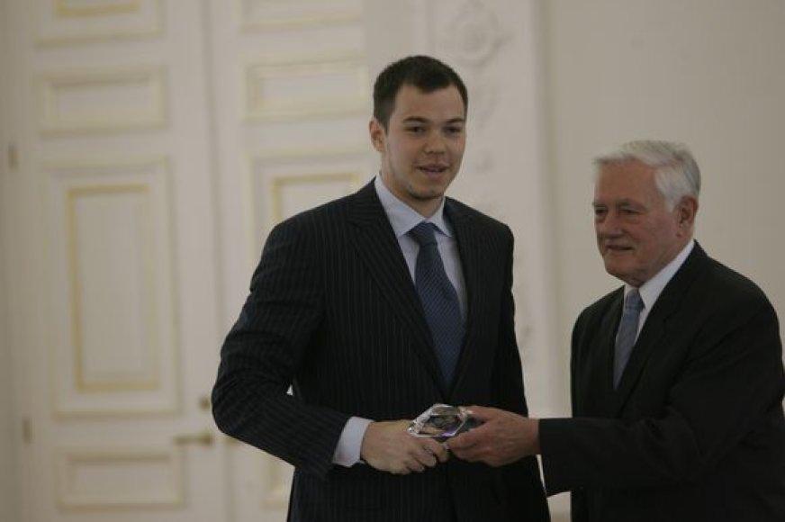"""Prezidentas Valdas Adamkus sveikina """"Lietuvos ryto"""" kapitoną Steponą Babrauską."""
