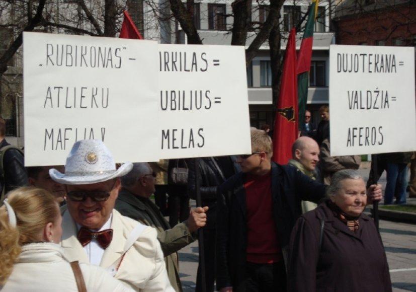"""Protestuotojai reikalauja, kad Kauno valdžia per mėnesį šildymo kainas sumažintų bent 30 proc. ir per du mėnesius nutrauktų sutartis su dukterinėmis """"Rubicon group"""" įmonėmis."""