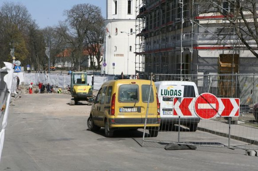 Dėl tiesimų vamzdynų į viešbutį eismas L.Stuokos-Gucevičiaus gatve draudžiamas tik automobiliams, pėstieji čia gali praeiti.