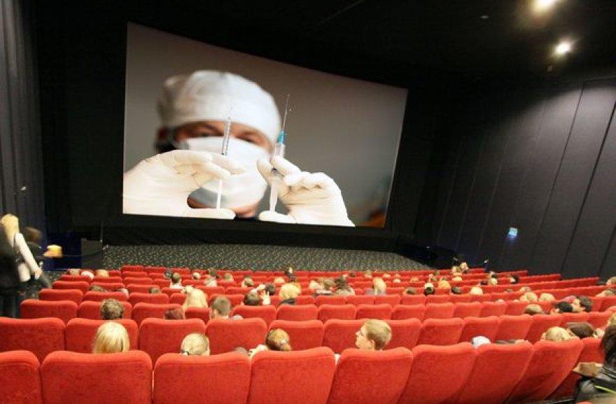 Pastarosiomis savaitėmis siuntinėjamuose elektroniniuose laiškuose žmonės bauginami, kad kino salėje gali įsidurti adata ir užsikrėsti ŽIV. Sveikatos specialistai ragina netikėti tokia informacija.