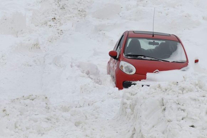 Sniege įstrigusi mašina Vokietijoje
