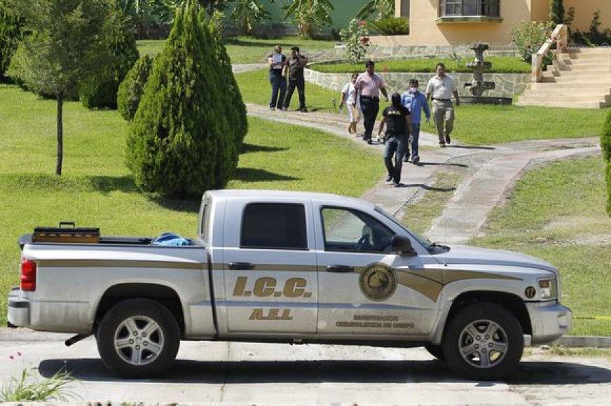 Policijija prie Edelmiro Cavazos namų