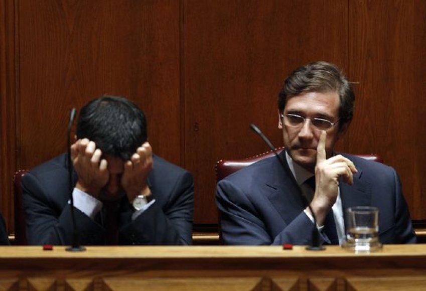 Portugalijos premjeras Pedro Passos Coelho (dešinėje) ir finansų ministras Vitoras Gasparas